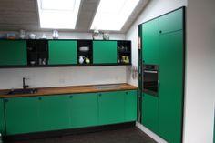 Køkken indrammet i sort MDF med grøn laminat. Bordplade i massiv eg ---- #RUM4 interior design snedkeri ideas ideer architecture arkitektur indretning bolig boligindretning køkken køkkeninspiration køkkenprojekt wood woodwork interiordesign  transformation renovering ombygning