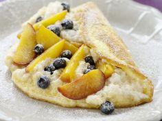 Luftiges Omelett mit Blaubeeren und Pfirsichen | http://eatsmarter.de/rezepte/luftiges-omelett-mit-blaubeeren-und-pfirsichen