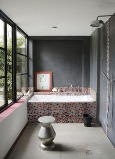 Carrelage salle de bains : et si on carrelait aussi la baignoire ? - CôtéMaison.fr