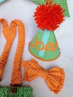 Kit para smash the cake menino - Safari  1 body personalizado manga longa ou curta;  1 tapa fraldas 12 meses;  1 mini chapéu;  1 suspensório medindo 55 cm  1 gravata borboleta  1 varal com 10 bandeirolas tecido e nome em EVA.