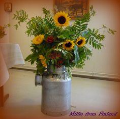 Kevään kukka-asetelma voi olla isokokoinen ja näyttävä.