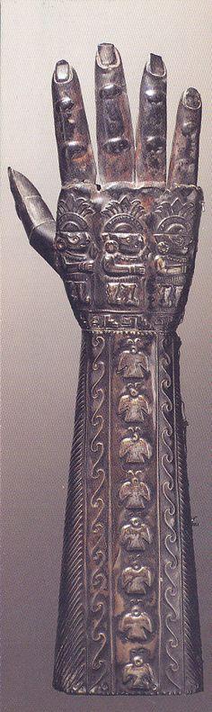 Gantelet à décor zoomorphe - 1000-1400 - feuille d'argent repoussée - Pérou - Royaume Chimú - Musée du Quai Branly, Paris. http://www.quaibranly.fr