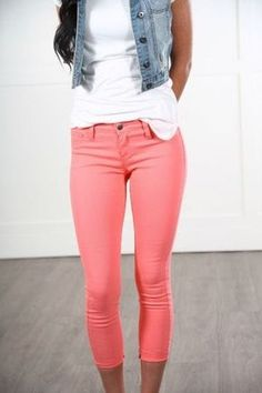 Observe how one of your favorite boulevard form heavens dress denim pants along with pumps and start to get all the necessary insights you're seeking for your next look. Coral Jeans Outfit, Colored Jeans Outfits, Coral Pants, Jeans Outfit Summer, Jean Outfits, Casual Outfits, Red Pants, Colored Denim, Denim Pants