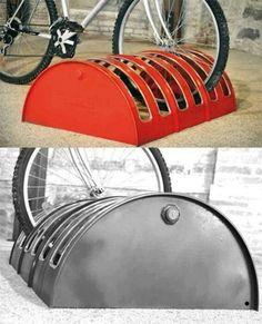 DIy Bike Rack from upcycled 55 gallon drum Barrel Projects, Diy Projects, Project Ideas, Project 4, Metal Projects, Outdoor Projects, Standing Bike Rack, Garage Velo, Pimp Your Bike