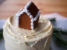 I promised you something where you could use your adorable little houses as a decoration, and here it is! A soft gingerbread cake with a crunchy crispy gingerb