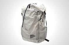 たおやかなメッシュを纏った「アタックザック」。and wanderのcuben fiber backpack