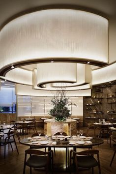 Impressive big lamp shade that fills all the lounge of this restaurant with its pure snow tone! Xxl lampshades are always a good choice to give both character and light to any restaurant lighting project! Interior Design Dubai, Restaurant Interior Design, Modern Interior Design, Interior Architecture, Design Interiors, Luxury Restaurant, Restaurant Lighting, Restaurant Ideas, Steel Framing