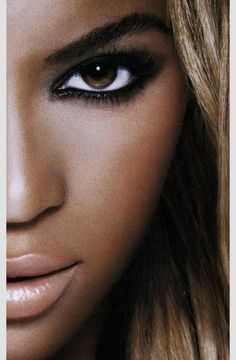 Beyonce: Elegant smokey eyes and nude lip! Solange Knowles, Blue Ivy, Beautiful Eyes, Beautiful People, Beauty Makeup, Hair Beauty, Corte Y Color, Afro, Queen B