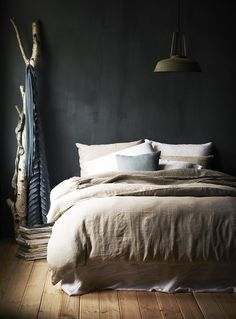Match made in heaven: dark walls in the bedroom with a light linen duvet - Roomed - Match made in heaven: dark walls in the bedroom with a light linen duvet – Roomed - Dream Bedroom, Home Bedroom, Bedroom Decor, Bedroom Wall, Home Republic, Dark Walls, Grey Walls, Linen Duvet, Cotton Bedding