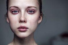 Dorośli, którzy w dzieciństwie doświadczyli emocjonalnej przemocy, często nie radzą sobie ani w prywatnym ani w zawodowym życiu (fot. happyframe / iStockphoto.com)