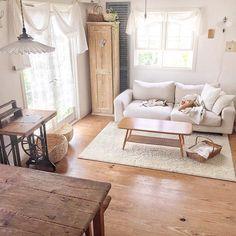 まったりな週末。ねこズと一緒にお昼寝しました♪( ´▽`) * * #家 #リビング#窓 #グリーン #グリーンのある暮らし #漆喰 #アンティーク #ナチュラルインテリア #無印ソファー #アーコールコーヒーテーブル #シンプルインテリア #サラズ #interior #house #antique