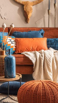 Opkomende trend: corduroy stof in het interieur - Lilly is Love Brown Couch Living Room, Living Room Orange, Home Living Room, Orange Couch, Home Yoga Room, Mediterranean Living Rooms, African Interior, House Colors, Decoration