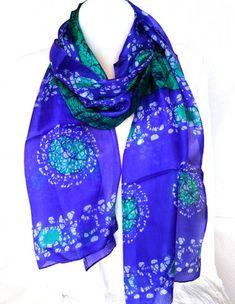 dabfaec6b74 Cet accessoire indien est un foulard en soie de couleur vert et violet  accompagné de motifs