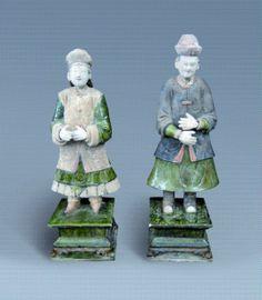 MING (1368 - 1644)  Couple de donateurs debout, aux mains jointes. En terre cuite rose à glaçure plombifère et à polychromie. (Restaurations). Test de thermoluminescence. H. 70 et 75 cm