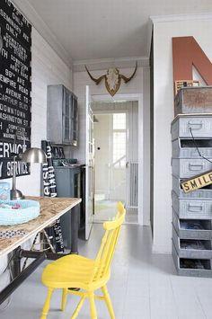 industrial: de kasten die je hebt, wit maken of grijs en dan naast elkaar achter de deur zetten