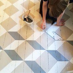 Perfect painted floors at Byggfabriken - Houten vloer schilderen painted floors Hall Flooring, Diy Flooring, Wooden Flooring, Kitchen Flooring, Parquet Flooring, Painting Tile Floors, Diy Painting, Painting On Wood, Floor Paint Design