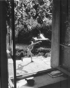Willy Ronis photo: Vincent aéromodéliste, Gordes (Vaucluse), 1952 A perfect afternoon! Willy Ronis, Robert Doisneau, Paris Pictures, Paris Photos, Grand Prix, Photo Choc, French Photographers, Jolie Photo, Life Magazine