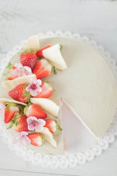 Design inspiration for a cake. Perfect for a shower or luncheon. I love the fresh fruit married with the white chocolate flakes. Gorgeous Cakes, Pretty Cakes, Food Styling, Pate A Cake, Cake Recipes, Dessert Recipes, Chocolate Strawberries, Eat Dessert First, Food Design