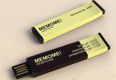 На международном форуме Design Talents 2012 был показан интересный концепт работы дизайнера Ху-Мин Хуанга: USB-флэшка со встроенным дисплеем на «электронных чернилах», который показывает названия последних закачанных на нее файлов. Очень удобно для тех, кто постоянно переносит данные с помощью нескольких USB-накопителей, и очередной шанс E-Ink проявить себя с лучшей стороны.