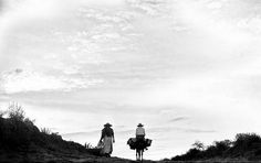 JUAN RULFO A partir de 1946 se dedicó también a la labor fotográfica, en la que realizó notables composiciones. Trabajó para la compañía Goodrich-Euzkadi de 1946 a 1952 como agente viajero. Reconocimientos y premios Fue un incansable viajero y participó de varios congresos y encuentros internacionales, y obtuvo varios premios. Recibió el Premio Xavier Villaurrutia en 1956 por su novela Pedro Páramo.9 Fue ganador del Premio Nacional de Literatura por el gobierno federal de México en 1970.