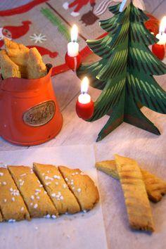 Saffranskolasnittar är en vintrig version på klassiska sirapskakor. Snittarna toppas med pärlsocker, doppas i choklad eller serveras precis som de är. Njut av saffransdoften vid nästa julbak! Receptet räcker till ca. 40 snittar. #saffran #kolakaka #kaka #julbak #jul #advent #fika #glögg Merry Little Christmas, All Things Christmas, Xmas, Christmas Treats, Christmas Baking, Christmas Decorations, Driving Home For Christmas, Fika, Scandinavian Christmas