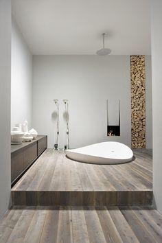 baño con bañera y chimenea