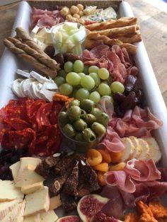 Helemaal Lagom: de borrelplank op vrijdagavond! - My happy kitchen & lifestyle Tapas Buffet, Snack House, Birthday Snacks, Brunch, Wine Tasting Party, Good Food, Yummy Food, Warm Food, Food Platters