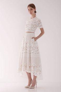 Sem muita barriga de fora e com tecido com recorte estilo laise, este modelito atende perfeitamente noivas mais clássicas e formais.