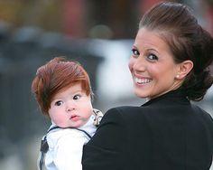 Κάποια μωρά γεννιούνται με λίγα ή με καθόλου μαλλιά. Άλλα, όμως, η φύση τα προικίζει με μαλλί... κομμωτηρίου!