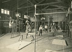 Girls working it out at the gym, University of Chicago. GOsh -- we've come a long way, baby. Antique Photos, Vintage Photographs, Old Photos, Vintage Pictures, You Fitness, Physical Fitness, Fitness Motivation, Pilates Video, Retro Gym