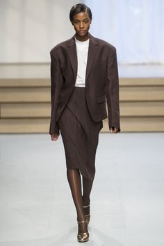 See the complete Jil Sander Spring 2017 Ready-to-Wear collection.                                                                                                                                                                                 More