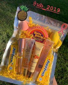Lip Gloss Homemade, Diy Lip Gloss, Lipgloss Diy, Mac Lipsticks, Gloss Labial, Cute Birthday Gift, Birthday Gift Baskets, Glitter Lips, Holographic Glitter