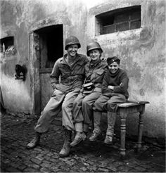 Lee Miller dans le No Man's Land au Luxembourg 1944 Lee Miller, Henry Miller, Man Ray, James Nachtwey, Steve Mccurry, Robert Doisneau, War Photography, Vintage Photography, Luxembourg