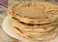 Bread substitute from the cup. Flatbreads with plain yogurt, which even beginners can prepare. Pizza Recipes, Gourmet Recipes, Bread Recipes, Baking Recipes, Healthy Recipes, Czech Recipes, Ethnic Recipes, Bread Substitute, Savoury Baking