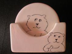 PRONTA ENTREGA  Super estiloso !!! fofo !!!!  Base para copos de urso.  Base para copos de cerâmica, pintado a mão. Com 6 cores diferente, podendo ser usado com marcador de luga. Fantástica, linda e muito útil.   DESCONTO DE 8% PARA PAGAMENTO EM DEPÓSITO BANCARIO. R$80,00