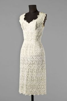 Sleeveless dress in white guipure lace. HENRY A LA PENSEE, circa 1965.