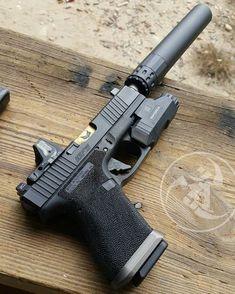 Pistola com supressor, lanterna e red dot Military Weapons, Weapons Guns, Guns And Ammo, Custom Guns, Cool Guns, Assault Rifle, Tactical Gear, Firearms, Shotguns