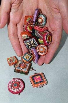 Really beautiful projects. Take a look Fabric Art, Fabric Beads, Paper Beads, How To Make Beads, Embroidery Stitches, Beaded Embroidery, Jewelry Crafts, Jewelry Art, Beaded Jewelry