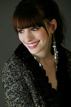 Anne Hathaway, lovely Smile 💖 - The Beuatiful and talented Anne Hathaway shows us her excellent style and class 🔥 - Anne Hathaway Pics, Anne Hathaway Style, Anne Hathaway Bangs, Amanda Seyfried, Anne Jacqueline Hathaway, Anne Hattaway, Katharine Isabelle, Hollywood Actress Pics, Top Celebrities