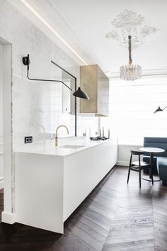For today's let's take you to The Netherlands. Where this beautiful home was designed earlier this year by Sander van Eyck of Cocoon Living. Modern Interior Design, Interior Design Kitchen, Country Look, Minimal Kitchen, Modern Light Fixtures, Modern Lighting, Lighting Ideas, Home Remodeling Diy, Cuisines Design