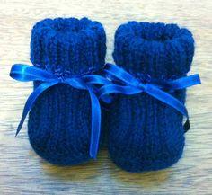 Sapatinhos de tricô da tia Bá Baby Knitting Patterns, Baby Booties Knitting Pattern, Knit Baby Shoes, Baby Slippers, Baby Care, Knit Crochet, Knitted Baby, Flower Arrangements, Baby Kids