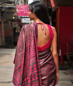 You are in the right place about Blouse diy Here we offer you the most beautiful pictures about the button up Blouse you are looking for. When you examine the Dabu printed silk. Indian Blouse, Indian Sarees, Indian Bollywood, Indian Attire, Indian Ethnic Wear, India Fashion, Ethnic Fashion, Indian Dresses, Indian Outfits