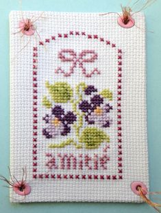 Amitié violettes Cross Stitch Cards, Artist Trading Cards, Mail Art, Art Projects, Birthday Cards, Kids Rugs, Scrapbook, Messages, Embroidery