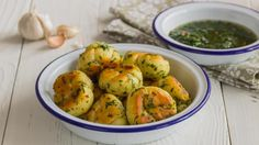 Узелки на сковородке с травами и чесноком, пошаговый рецепт с фото