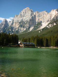 il lago di san vito di cadore vicino a cortina d'ampezzo, con sullo sfondo le dolomiti della croda marcora