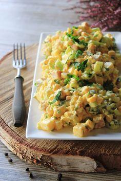 Dziś mam dla Was przepis na bardzo fajną sałatkę z serem, szynką i selerem naciowym. Dość często mam okazję ją jeść na rodzinnych imprezac... Slow Food, Vegetable Salad, Diy Food, Pasta Salad, Risotto, Macaroni And Cheese, Food And Drink, Lunch, Healthy Recipes