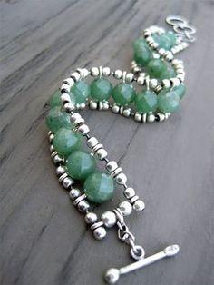 Perline in quarzo avventurina verde e bracciale a catena in argento Sterling... Ho fatto questo bracciale con perle Avventurina e catena in argento sterling palla e filo. Tutto il metallo è argento è ossidato e poi lucidato per accentuare la forma della catena. Ho saldato il salto