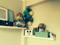 Alba utiliza nuestros pompones color crema, verde turquesa y gris para decorar la habitación infantil de sus peques. Disponibles en www.lamarimorenacreativos.bigcartel.com / Grey, green and cream poms for kids room