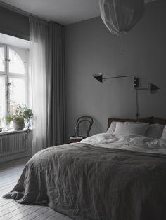 Jag lovade ju att återkomma med sovrummet i den fina lägenhe Black Bedroom Design, Modern Bedroom Decor, Cozy Bedroom, Bedroom Inspo, Dream Bedroom, Bedroom Apartment, Bedroom Ideas, Master Bedroom, Bedroom Layouts