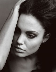 Portrait of Angelina Jolie for Vogue by Annie Leibovitz Annie Leibovitz Fotos, Annie Leibovitz Portraits, Anne Leibovitz, Annie Leibovitz Photography, Angelina Jolie Fotos, Angelina Joile, Famous Portrait Photographers, Famous Portraits, Black And White Portraits